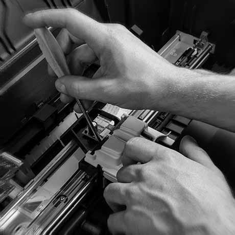 Operario del servicio técnico reparando una máquina