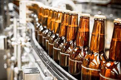 Etiquetado de botellas de cerveza